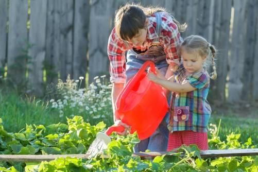 ete-comment-initier-son-enfant-au-jardinage-istock-com-nkarol-204-1499159304