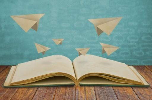 livre-magique-avec-du-papier-avion_1232-2098